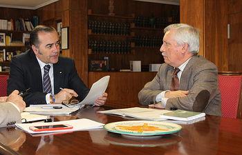 El delegado del Gobierno en Castilla-La Mancha, José Julián Gregorio, se reúne con el presidente de la Confederación Hidrográfica Guadiana, José Martínez Jiménez