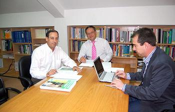 El director gerente del SESCAM, Juan Alfonso Ruiz Molina, durante la reunión mantenida esta semana con el secretario autonómico y el secretario de organización de SATSE Castilla-La Mancha, Alejandro Laguna y Juan Francisco Ruiz López, respectivamente.