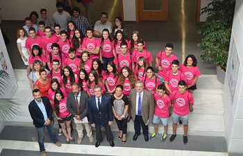 El rector recibe al primer grupo de participantes de los Campus Científicos de Verano.