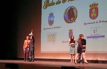 La presidenta Ana Guarinos entrega el primer premio del Concurso de Fotografía Taurina.