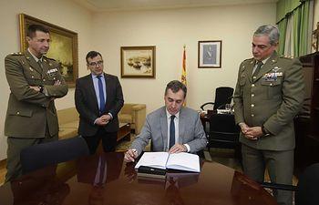 Francisco Tierraseca visita la Delegación de Defensa.