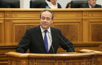 El consejero de Hacienda y Administraciones Públicas, Juan Alfonso Ruiz Molina, comparece ante el Pleno de las Cortes regionales. Foto: JCCM.