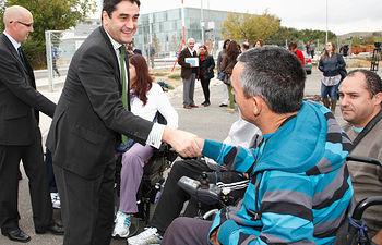 El Consejero Echániz departió con los residentes en el Hospital Nacional de Paraplejicos presentes