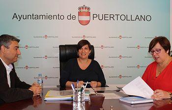 Carmen Olmedo con Mayte Fernández y Francisco Navarro.