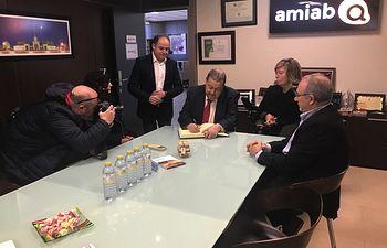 Jesús Fernández Vaquero visita las instalaciones de AMIAB en el Polígono Romica.