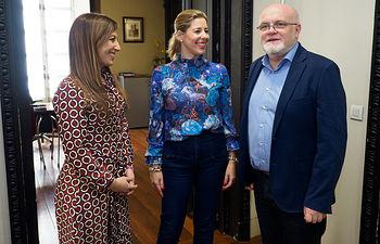 Mercedes Márquez, directora provincial del Instituto de la Mujer en Albacete, junto al delegado provincial de la JCCM en Albacete, Pedro Antonio Ruiz, y Elvira Argandoña Palacios, mujer reconocida por Albacete en el Día de la Mujer