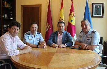 Manuel Serrano se reúne con el coronel jefe del TLP, Luis Villar.