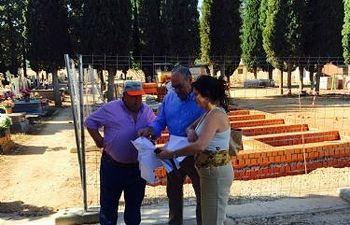 Ángel García visita las obras en el cementerio municipal