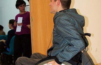 Un alumno con movilidad reducida accede al salón de grados de la Facultad de Letras.