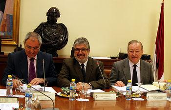 El rector, el presidente del Consejo Social y el secretario del órgano, en el Rectorado de Ciudad Real