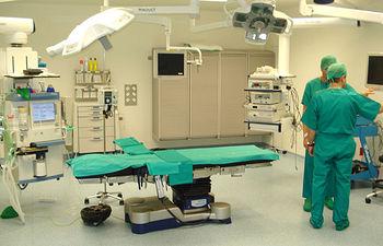 En la imagen, uno de los quirófanos de la Unidad de Cirugía Sin Ingreso (UCSI) del Hospital General 'La Mancha Centro' de Alcázar de San Juan (Ciudad Real), cuando se cumple un año de su puesta en marcha por el Gobierno de Castilla-La Mancha.