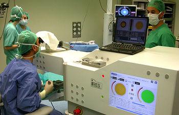 En la imagen, los profesionales del Servicio de Oftalmología del Hospital General 'La Mancha Centro' de Alcázar de San Juan durante una de las intervenciones de trasplante endotelial.