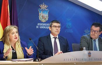 Santiago Baeza, Riansares Serrano y Evaristo Olcina informan sobre el reconocimiento de facturas impagadas en los patronatos de cultura y deportes en el anterior mandato. Foto: ©JRopero