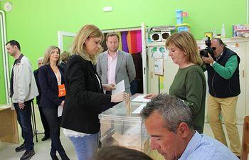 Carmen Picazo ejerce su derecho al voto. 28A