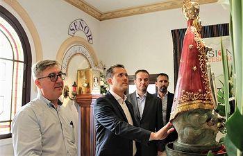 Carlos Velázquez visitando nuestra Patrona la Virgen de los Llanos, durante la pasada Feria de Albacete.