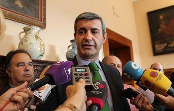 Álvaro Gutiérrez atiende a los periodistas antes de reunirse con alcaldes
