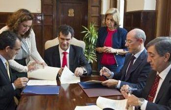 Firma del convenio con El Corte Inglés, Mercadona y Eroski para poner en marcha la tarjeta monedero
