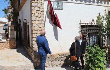 """Momento del descubrimiento de la placa """"Calle Philippe Monteagudo"""" en Fuentealbilla."""