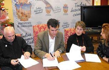 Firma convenio Ayuntamiento, FEDECO y FCG campaña navideña Cheques Regalo