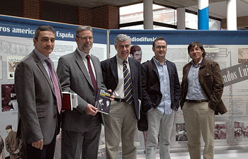 De izqda a dcha, Manuel Ortiz, Enrique Díez Barra, Antonio Roncero, Oscar Martín y Damian A. González, delante de los paneles de la exposicion.
