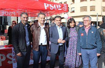 La candidatura socialista al Congreso y al Senado visitó el mercadillo de Hellín