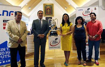 Pilar Zamora y el presidente de la Liga Nacional de Fútbol Sala, Javier Lozano