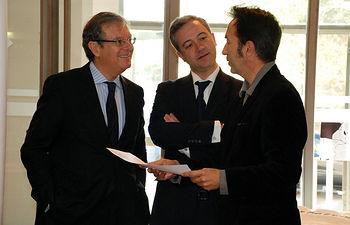 El rector con el viceconsejero y el director de la Escuela de Arquitectura, Juan I. Mera.