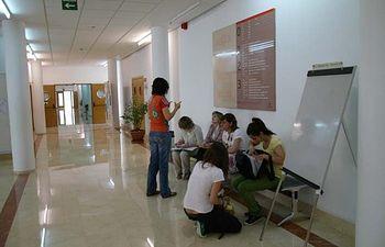 Alumnos en el vestíbulo principal de la Facultad de Letras.