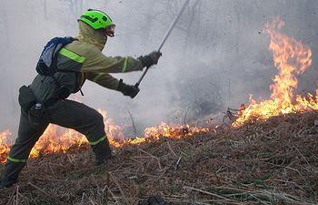 Medios del Ministerio combaten los incendios de Lousame y Navia de Suarna. Foto: Ministerio de Agricultura, Alimentación y Medio Ambiente