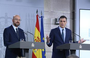 El presidente del Gobierno en funciones, Pedro Sánchez, junto al presidente electo del Consejo Europeo, Charles Michel, durante la rueda de prensa conjunta que han ofrecido tras reunirse en La Moncloa.