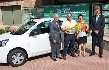 El director general de Caja Rural Castilla-La Mancha entregó las llaves del tercer vehículo que la entidad financiera sortea con motivo de la celebración de su 50 Aniversario a un cliente de Villafranca de los Caballeros (Toledo).