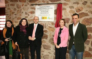 La vicepresidenta y consejera de Economía y Hacienda, María Luisa Araújo, tras inaugurar el albergue 'Puerto Vallehermoso' en La Solana, junto con el alcalde de La Solana, Diego García (i), y el director general de Juventud, Javier Gallego (d).