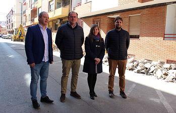 El alcalde de Almansa visita las obras de mejora que el Ayuntamiento realiza en la calle Tadeo Pereda