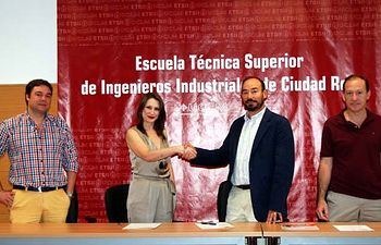 Elena Vargas y Jesús López Fidalgos estrechan las manos tras la firma del acuerdo.