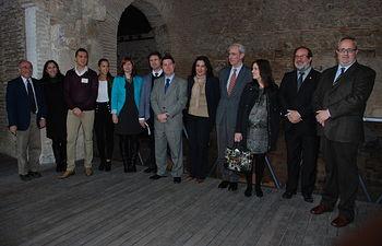 La vicerrectora y el alcalde con otras autoridades asistentes a la presentación del convenio.