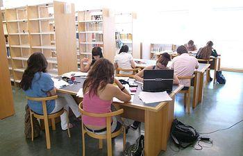 Un grupo de alumnos estudiando.