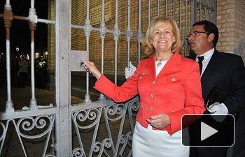 """Carmen Bayod cerrando la """"Puerta de Hierros"""" del recinto ferial de Albacete."""