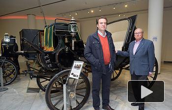 """Juan Martínez, propietario de la colección de carruajes expuesta en el Museo Municipal de Albacete con el nombre """"Restaurar la Memoria"""", junto a su hijo Juan."""