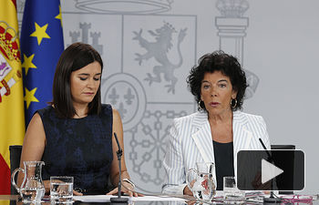 La ministra de Educación y Formación Profesional y portavoz del Gobierno, María Isabel Celaá, y la ministra de Sanidad, Consumo y Bienestar Social, Carmen Montón, durante la rueda de prensa en la que han explicado los acuerdos alcanzados en el Consejo de Ministros.