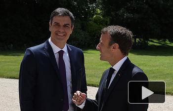 El presidente del Gobierno, Pedro Sánchez, conversa con el presidente de la República Francesa, Emmanuel Macron, en los jardines del Palacio del Elíseo.