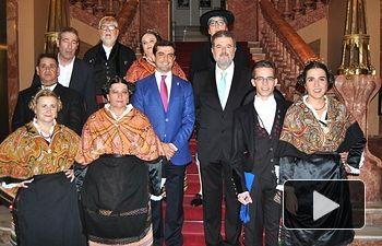 Javier Cuenca, alcalde de Albacete, junto al pregonero de la Feria de Albacete 2015, José Francisco Roldán, y los manchegos de la Feria.