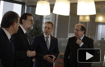 El presidente del Gobierno, Mariano Rajoy, durante su visita al INCIBE (Instituto Nacional de Ciberseguridad) en León, junto al presidente de la Junta de Castilla y León, Juan Vicente Herrera, y al director general del INCIBE, Alberto Hernández Moreno.