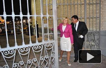 La Alcaldesa de Albacete, Carmen Bayod, cerrando la Puerta de Hierros del recinto ferial de Albacete.