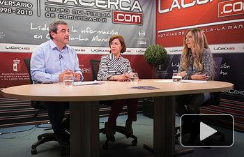 Cristina Gómez Palomo, presidenta del Comité Español de Representantes de las Personas con Discapacidad en nuestra región (CERMI CLM) y de José Antonio Romero Manzanares, director gerente del propio CERMI CLM, junto a la periodista Miriam Martínez