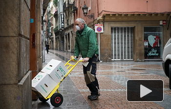 Coronavirus- Un hombre con mascarilla carga con material. Foto: Europa Press 2020