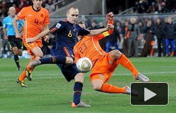 El albaceteño Andrés Iniesta en el momento de golpear el balón para marcar el gol que dio la victoria a España contra Holanda en la final del Campeonato del Mundo 2010.
