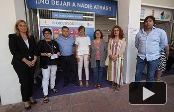 Manuel Serrano visita el stand Municipal de Cooperación Internacional.