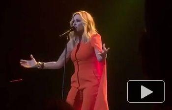 La cantante Marta Sánchez, interpretando el Himno Nacional de España versionado en letra este sábado, día 17 de febrero, en el Teatro de la Zarzuela de Madrid.