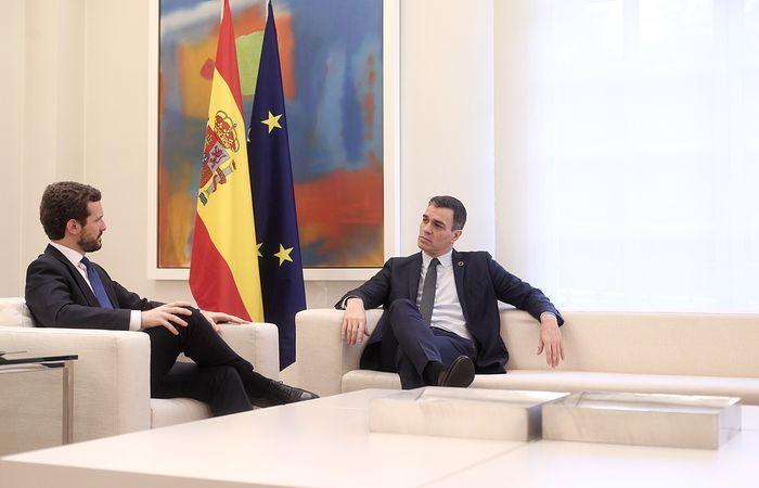 El presidente del Gobierno, Pedro Sánchez (dech) y el presidente del PP, Pablo Casado (izq), durante su reunión en el Palacio de La Moncloa, en Madrid (España), a 17 de febrero de 2020.....17 FEBRERO 2020;PSOE;PP;CASADO;MONCLOA;SÁNCHEZ.....2/17/2020. Foto: Eduardo Parra / Europa Press