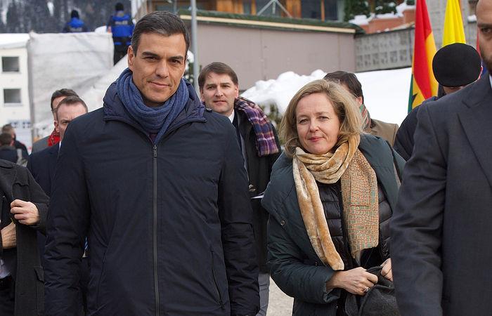El presidente del Gobierno, Pedro Sánchez, y la ministra de Economía y Empresa, Nadia Calviño, a su llegada al Foro Económico de Davos (Suiza)